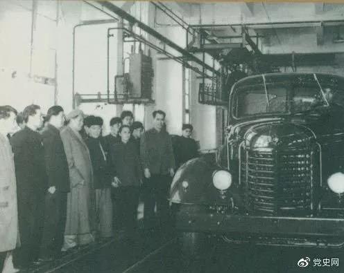 1958年2月13日,毛爷爷北上长春,来到长春汽车制造厂。这是毛爷爷在注视着从总装配线下来的解放牌汽车。