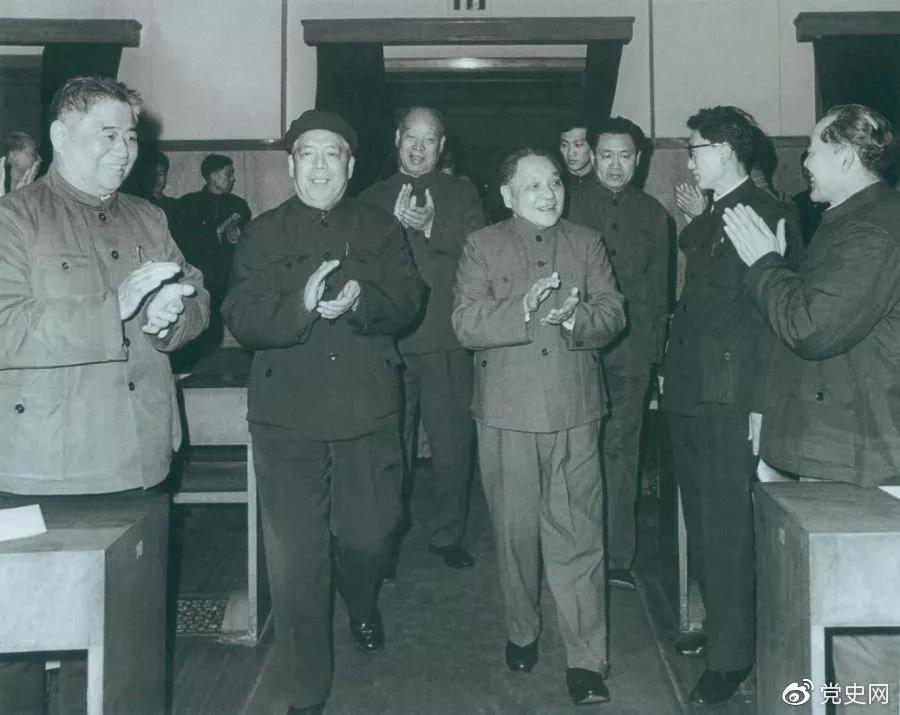 1983年2月13日,邓小平出席浙江省委、省政府举行的新春联欢会,向浙江人民祝贺新年。
