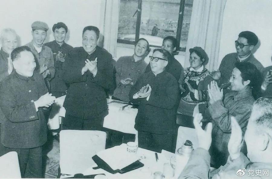 1978年3月2日,邓小平到五届全国人大一次会议云南和四川省代表团看望代表们。