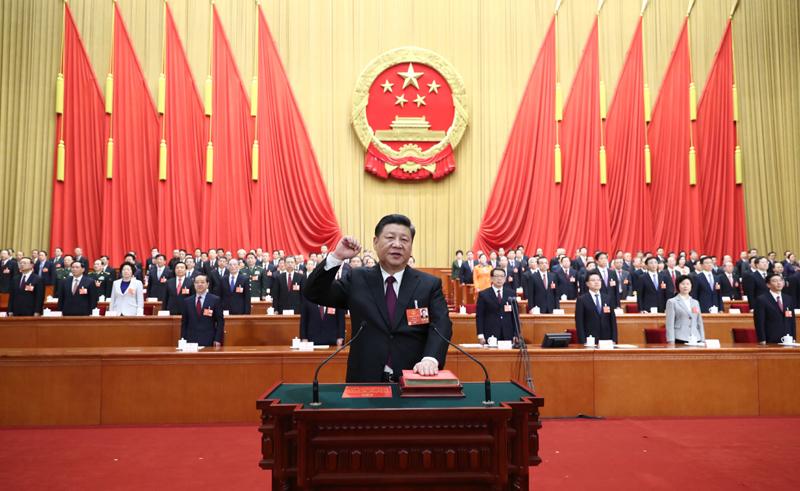2018年3月17日,十三届全国人大一次会议在北京人民大会堂举行第五次全体会议。习近平当选中华人民共和国主席、中华人民共和国中央军事委员会主席。这是习近平进行宪法宣誓。