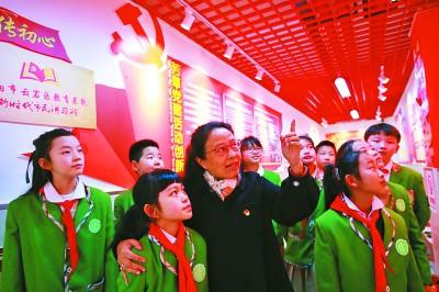 贵州省贵阳市云岩区芳草地国际学校学生在教师带领下在体验馆学习党史。新华社发