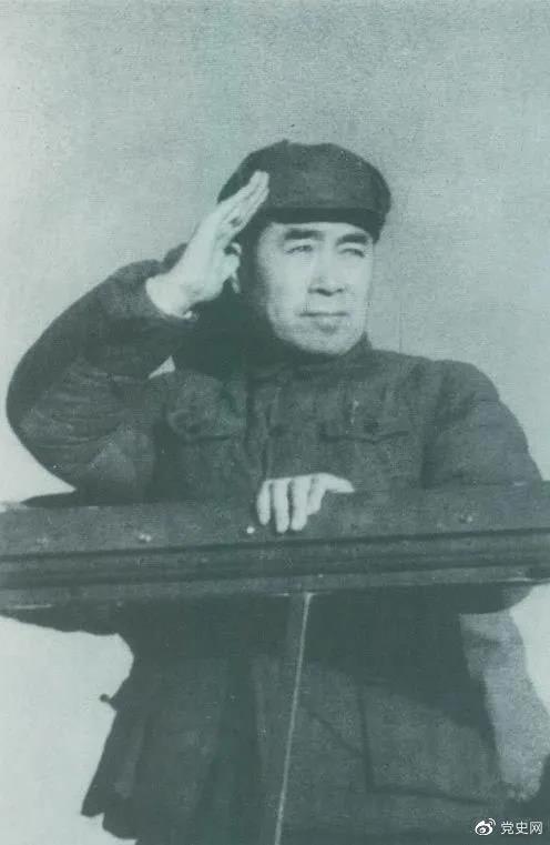 1949年3月,中共中央进入北平。图为周恩来在北平机场检阅部队。