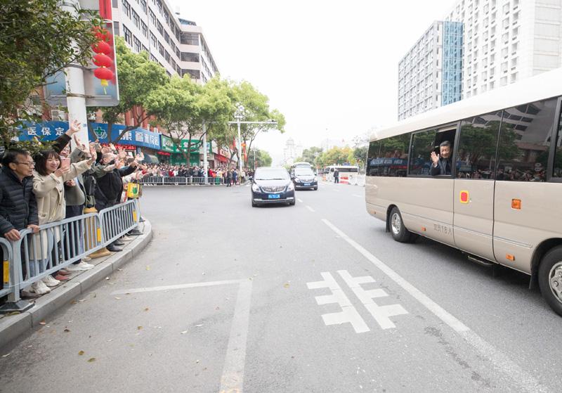 3月22日至25日,中共中央總書記、國家主席、中央軍委主席習近平在福建考察。這是23日上午,習近平在三明沙縣考察時向群眾揮手致意。新華社記者 王曄 攝