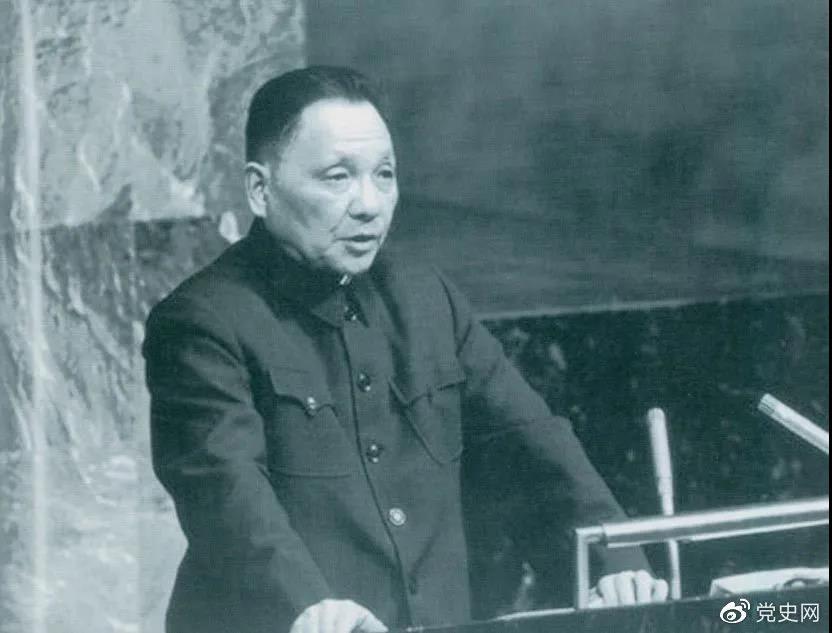 1974年4月10日,邓小平在联合国大会第六届特别会议上发言。