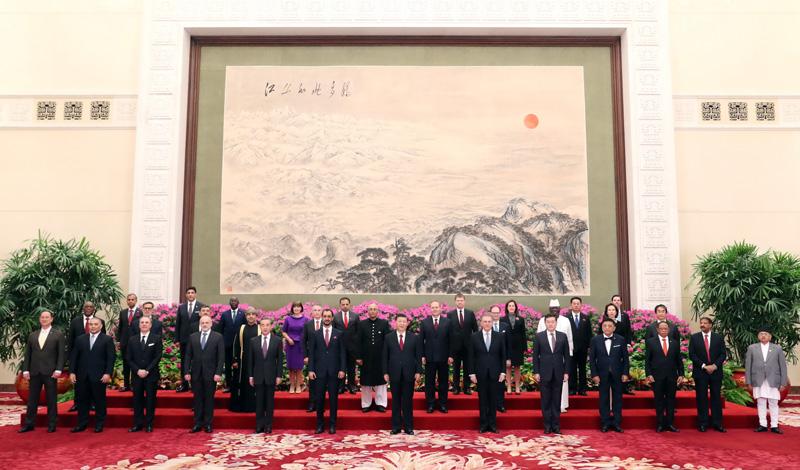 4月14日,國家主席習近平在北京人民大會堂接受29國新任駐華大使遞交國書。這是習近平同他們集體合影。新華社記者 姚大偉 攝