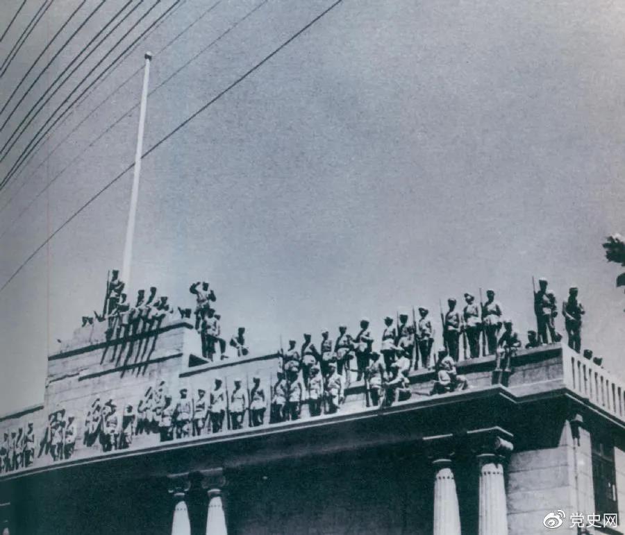 图为人民解放军占领南京国民党总统府。