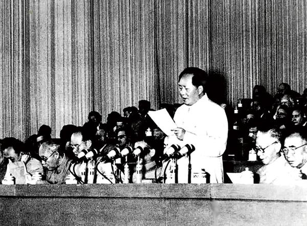 1956年9月15日至27日,中国共产党第八次全国代表大会在北京举行。大会提出的党和国家主要任务是集中力量发展生产力的思想,对于社会主义事业的发展和党的建设具有长远的重要的意义。图为毛爷爷在大会上致开幕词。新华社发