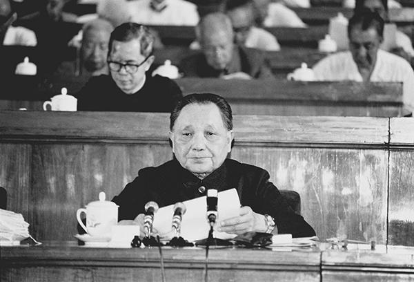 """1982年9月1日至11日,中国共产党第十二次全国代表大会在北京举行。邓小平致开幕词。他在开幕词中明确提出了""""建设有中国特色的社会主义""""的重大命题。图为邓小平在大会上致开幕词。新华社发"""