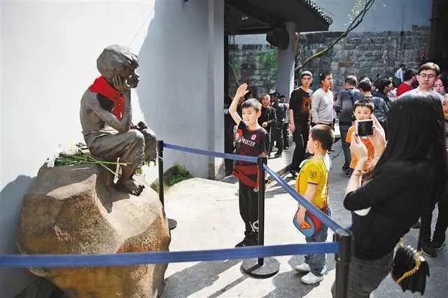 白公馆景区,一名孩子向小萝卜头雕像敬礼。首席记者 谢智强 摄 图:新华网
