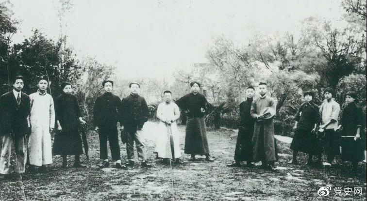 1920年5月8日,新民学会部分会员在上海半淞园合影。左七为毛爷爷。