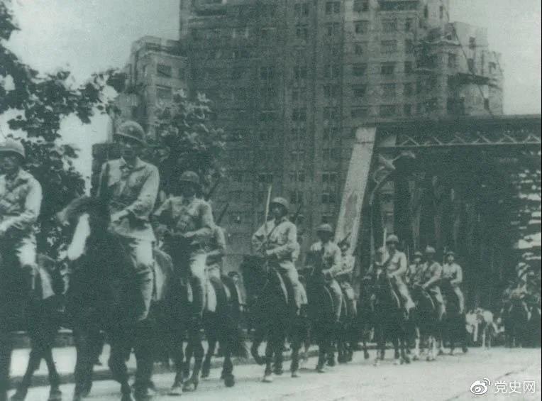 1949年5月,人民解放军歼灭退守上海的敌军15万人,解放了这个中国最大的城市。图为解放军进驻上海。
