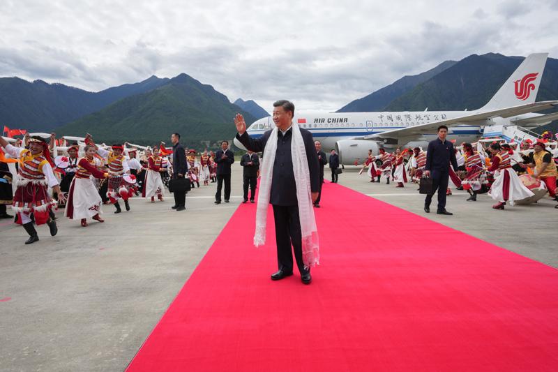 7月21日至23日,中共中央总书记、国家主席、中央军委主席习近平来到西藏,:匚鞑睾推浇夥70周年,看望慰问西藏各族干部群众。这是21日上午,习近平乘坐飞机抵达林芝米林机。鞑馗髯甯刹咳褐谠馗柙匚,热烈欢迎习近平总书记的到来。新华社记者 李学仁 摄