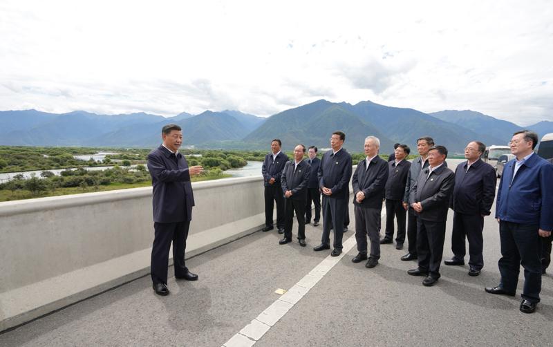 7月21日至23日,中共中央总书记、国家主席、中央军委主席习近平来到西藏,:匚鞑睾推浇夥70周年,看望慰问西藏各族干部群众。这是21日上午,习近平在林芝尼洋河大桥考察雅尼湿地。新华社记者 李学仁 摄