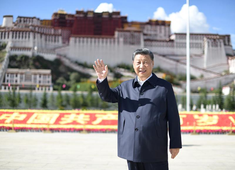 7月21日至23日,中共中央总书记、国家主席、中央军委主席习近平来到西藏,:匚鞑睾推浇夥70周年,看望慰问西藏各族干部群众。这是22日下午,习近平在布达拉宫广场考察时,向游客和当地群众挥手致意。新华社记者 谢环驰 摄