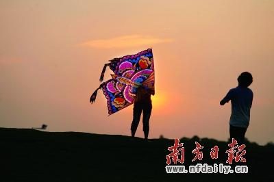 城中心湖,一对情侣在绿道旁放风筝. 肖雄 摄-绿道 广东人的幸福大道图片