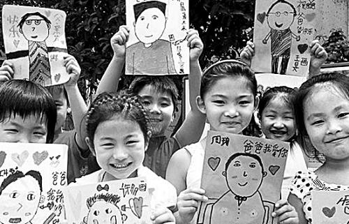 苏州市彩香一村幼儿园的孩子展示父亲节绘画作品.图片