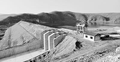 塔吊修水库基础图片