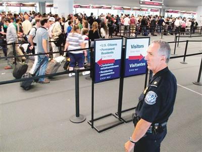 美国海关等待安检的旅客