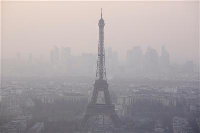 法国持续遭遇雾霾天气 巴黎如何对付:公交3天
