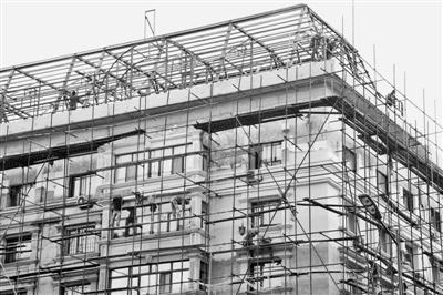 此外施工中,在建筑阳台