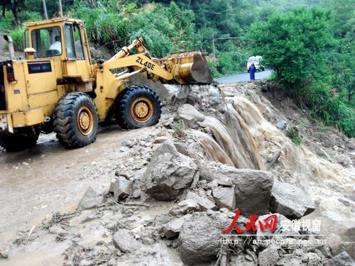 After the landslide, the local government quickly sent rescue teams to the scene.