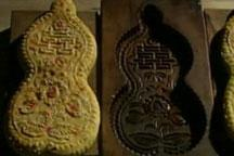 Craftsmen create mooncake moulds by hand