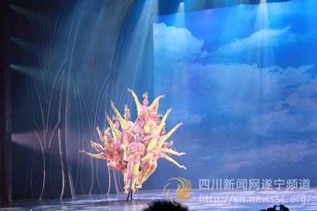 "The grand acrobatic extravaganza ""Sister Kwan Yin"" recently hit the stage in Chengdu, capital of Sichuan Province. The show combines classical, folk and pop music."