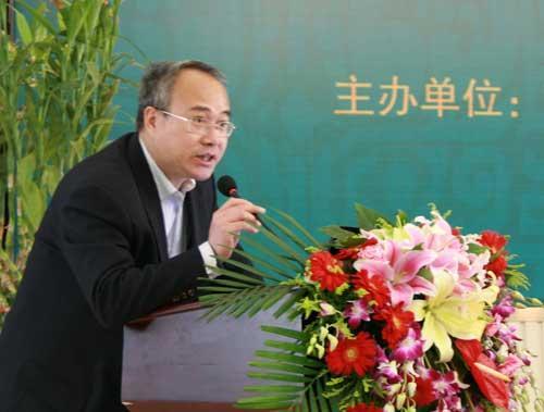 商务印书馆总编室主任刘祚臣主持本次活动启动仪式