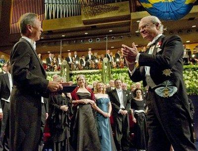 Charles K. Kao, left, receives the Nobel Prize in Physics from Swedish King Carl XVI Gustaf, right, at the Concert Hall in Stockholm, Sweden, Thursday Dec. 10. 2009. Kao shares the prize with two other laureates 'for groundbreaking achievements concerning the transmission of light in fibers for optical communication' (AP Photo/Jonas Ekstromer / SCANPIX /Pool)