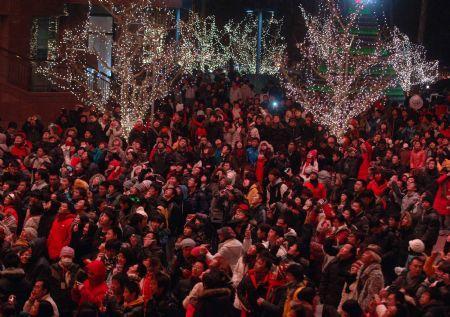 LocalresidentsgatheratThePlaceSquaretocelebratetheupcomingNewYeartogetherinBeijing,China,onDec.31,2009.(Xinhua/GongLei)