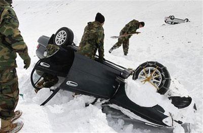 MembersoftheAfghanarmyareseenduringasearchingoperationofavalanchevictimsinSalangPass,some115kilometers(71miles)northofKabul,Afghanistan,Wednesday,Feb.10,2010.(APPhoto/MusadeqSadeq)