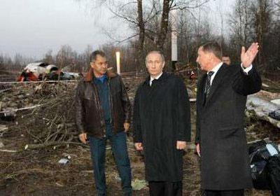 Russia's Prime Minister Vladimir Putin (C), Emergencies Minister Sergei Shoigu (L) and Deputy Prime Minister Sergei Ivanov visit the site of a Polish government Tupolev Tu-154 aircraft crash near Smolensk airport April 10, 2010. REUTERS/Ria Novosti/Pool/Alexei Nikolsky