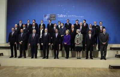 NATO Secretary General Anders Fogh Rasmussen (C) and U.S. Secretary of State Hillary Clinton (4th R) pose for a family photo with delegates during the informal meeting of NATO Foreign Ministers in Tallinn April 22, 2010. REUTERS/Ints Kalnins