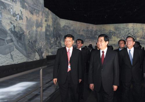 ChinesePresidentHuJintao(C)visitsChinaPavilionattheShanghaiWorldExpoParkinShanghai,eastChina,April29,2010.HuJintaopaidavisittotheShanghaiWorldExpoParkThursday,twodaysaheadoftheopeningoftheglobalevent.(Xinhua/LiXueren)