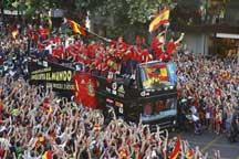 Spainish football team gets a heroes´ welcome home
