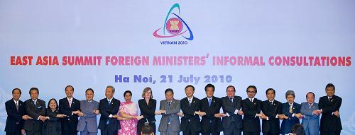 Participants pose for group photos during the East Asia Summit Foreign Ministers s'Informal Consultations in Hanoi, capital of Vietnam, July 21, 2010 0.(Xinhua/Chen Duo)