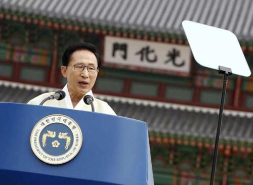 South Korean President Lee Myung-bak speaks during the 65th anniversary of the liberation of the Korean peninsula from Japanese colonial rule, in front of the restored Gwanghwamun, main gate to the royal Gyeongbok Palace in Seoul August 15, 2010.(Xinhua/Reuters Photo)