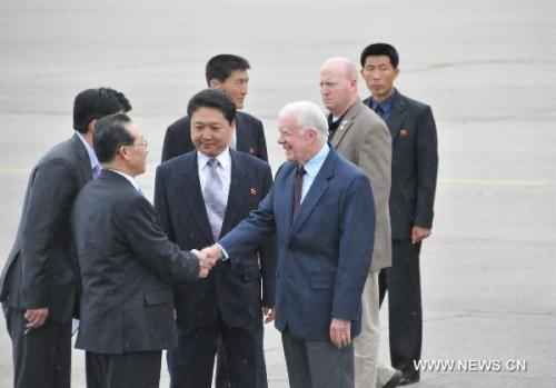 FormerU.S.PresidentJimmyCarter(frontR)shakeshandswithKimKyeGwan(frontL),viceforeignministeroftheDemocraticPeople'sRepublicofKorea(DPRK),attheairportinPyongyangAug.25,2010.CarterarrivedinPyongyangWednesdayafternoonaboardacivilianjet.HistripisreportedlyaimedatsecuringthereleaseofanimprisonedAmerican.(Xinhua/YaoXimeng)