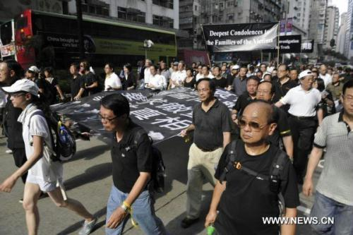 People parade to express their condolences for the families of the bus hijack victims in Hong Kong, south China, Aug. 29, 2010. Eight Hong Kong residents lost their lives in a tour bus hijack occured in Philippine's capital Manila on Aug. 23, 2010. (Xinhua/Huang Xiaoyong)