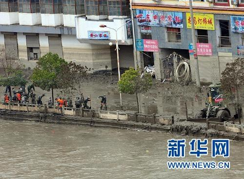 In Zhouqu County, northwest China's Gansu Province, rescue workers have finished draining the stagnant water in a barrier lake by dredging the mudslide-blocked Bailong River.