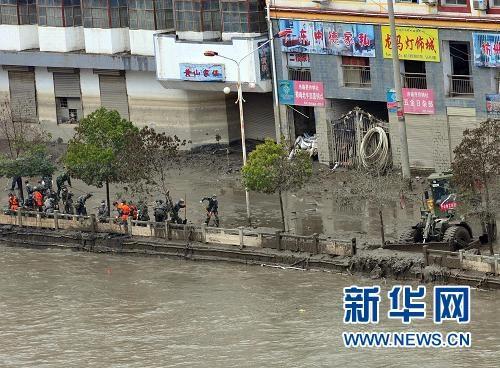InZhouquCounty,northwestChina'sGansuProvince,rescueworkershavefinisheddrainingthestagnantwaterinabarrierlakebydredgingthemudslide-blockedBailongRiver.