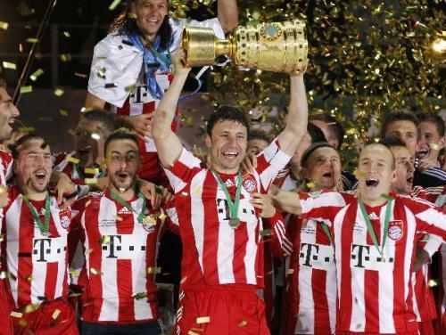 BayernMunich'steamcaptainMarkVanBommelholdstheGermanCup(DFB-Pokal)trophyaftertheir4-0victoryinthefinalmatchagainstWerderBremeninBerlin,May15,2010.(Xinhua/ReutersPhoto)