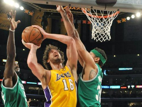 Los Angeles Lakers forward Pau Gasol (C) goes to the basket as Boston Celtics center Rasheed Wallace (R) and forward Kevin Garnett defend during Game 7 of the 2010 NBA Finals basketball series in Los Angeles, California June 17, 2010. Lakers trounced Boston Celtics 83-79. (Xinhua/Reuters Photo)