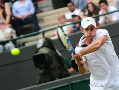 Three-time Wimbledon runner-up Andy Roddick came from a set down to beat Michael Llodra 4-6, 6-4, 6-1 to progress to the third round of the competition on Wednesday (23rd June)