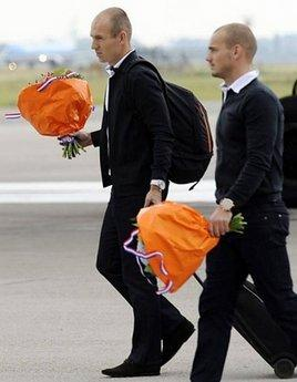 Dutch winger Arjen Robben (L) and Dutch midfielder Wesley Sneijder (R) arrive at the Schipol airport, in Amsterdam. The Dutch football team returned homeMonday after their 1-0 World Cup defeat by Spain welcomed by two F-16 fighter jets and a ceremonial spray of water by the fire brigade.(AFP/John Thys)