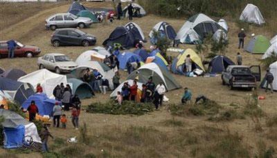 PeopleafraidofapossibletsunamicampinTalcahuano,southernChile,Sunday,Feb.28,2010.An8.8-magnitudeearthquakestruckcentralChileearlySaturday.(APPhoto/AlioshaMarquez)