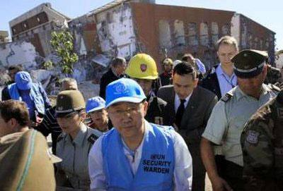 UN Secretary-General Ban Ki-moon visits the Alto Rio apartment building that collapsed during the earthquake, in Concepcion March 6, 2010. REUTERS/Victor Ruiz Caballero