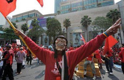 RedShirtsupportersofoustedpremierThaksinShinawatrashoutslogansduringanti-governmentprotestsatatouristhubinBangkokonApril4,2010.(AFP/PornchaiKittiwongsakul)
