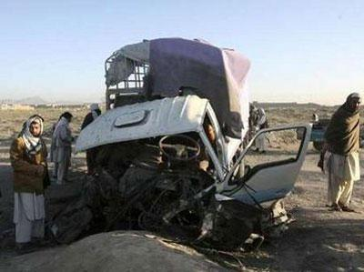 People look at a vehicle which hit a roadside bomb in Ghazni April 5, 2010. REUTERS/Mustafa Andalib