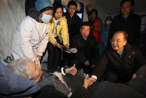 ChinesePremierWenJiabao(R)visitsaTibetanwomaninYushu,northwestChina'sQinghaiProvince,April15,2010.WenarrivedhereonThursdaytoinspectthedisasterreliefworkandvisitquake-affectedlocalpeople.(Xinhua/FanRujun)